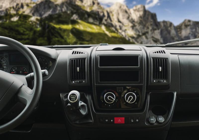 Indukciós töltőbölcső USB és jack/AUX csatlakozóval Fiat Ducato, Peugeot Boxer és Citroën Jumper modellekhez .